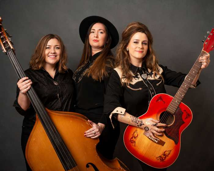 Country Queens Folk Band hever stemningen på senteret